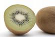 Kiwifrucht ganz und halb