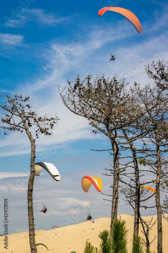 Fototapeta parapentes au dessus de la dune du Pilat
