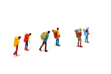 ハイキングをするミニチュアの人々