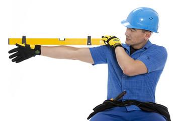 Handwerker mit Wasserwage in der Hand indirekt