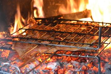 Parrilla con carne en el fuego para barbacoa