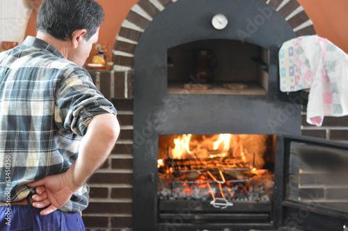 Hombre preparando barbacoa de carne para comer