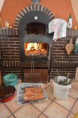 Fuego en horno de leña para barbacoa