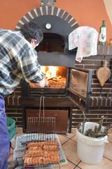 Hombre preparando las brasas para una barbacoa