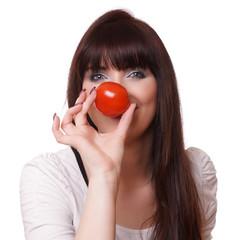 Frau hält Tomate vor die Nase