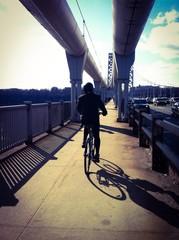 Paseo en bicicleta por el puente