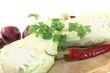 Spitzkohl mit Peperoni auf einem Brett