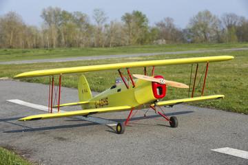 Avion modèle réduit biplan