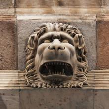 Sculpture d'un lion féroce museau