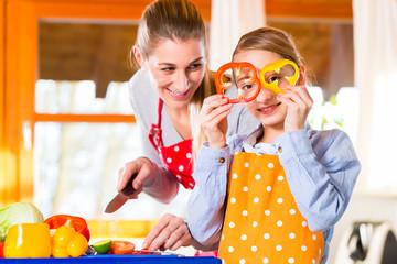 Familie kochen mit Spaß gesundes Essen