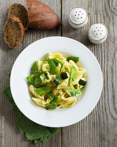 Pasta with zucchini and green bell peppers.