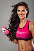 Fitness exercice femme avec un haltère