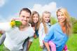 attraktive europäische familie im frühling
