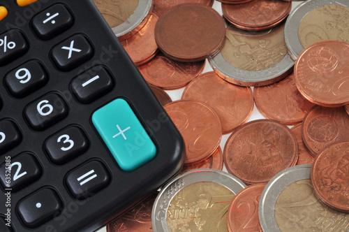 Pièces de monnaie et calculatrice