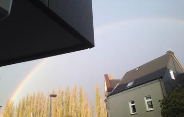Regenbogen vor dem Haus