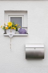 Fenster mit Briefkasten