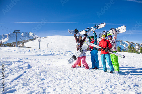 Papiers peints Glisse hiver Five friends holding snowboards and skies together