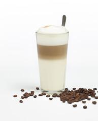 Latte macchiato mit Espressebohnen