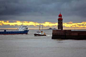 Schiffsverkehr an der Mole - Bremerhaven