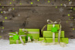 Weihnachtsgeschenke auf einer Grußkarte mit Geschenke grün