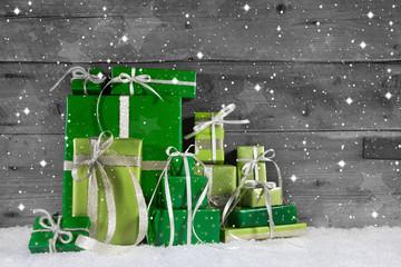 Weihnachtsgeschenke in Grün auf Holz Hintergrund