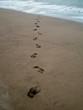 impronte di piedi sulla sabbia