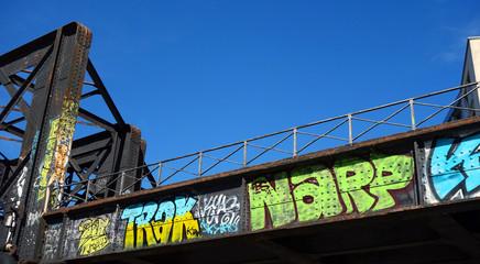 Graffitis sur fond de ciel bleu