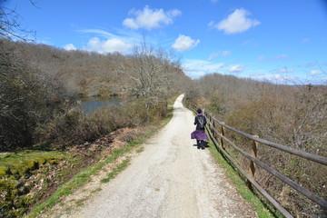 Mujer joven de caminata por la naturaleza