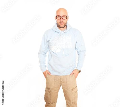 Mann mit Hoodie in Hellblau