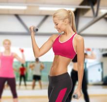 jeune femme sportive avec des haltères légers