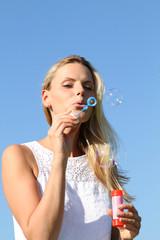 Frau mit Seifenblasen