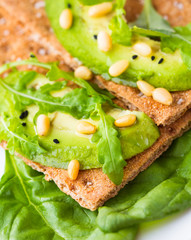 Crispbread with avocado and arugula