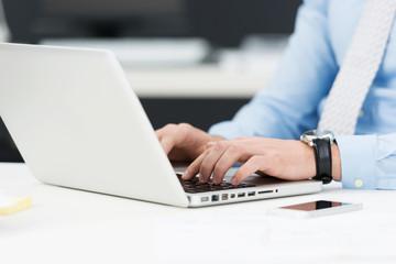 geschäftsmann schreibt am laptop