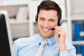 lächelnder geschäftsmann telefoniert mit headset