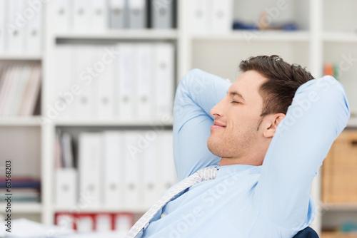 canvas print picture entspannter geschäftsmann mit geschlossenen augen