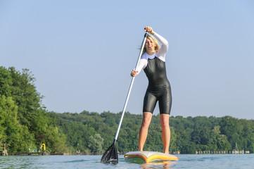 fröhliche Wassersportlerin