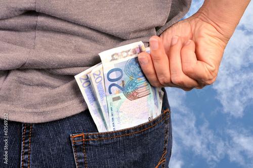 Billets de vingt euros en poche