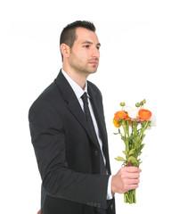 Giovane ragazzo che regala fiori