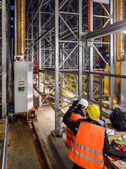 Operatori in magazzino robotizzato