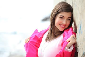 Sorriso di ragazza con giacca fuxia
