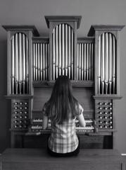девушка играет на органе