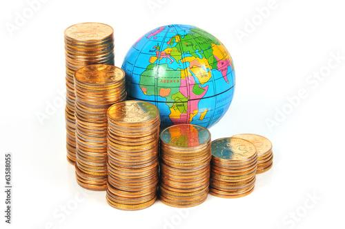 Глобус и монеты сложенные ступенями