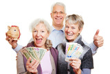 Senioren mit Geld und Sparschwein