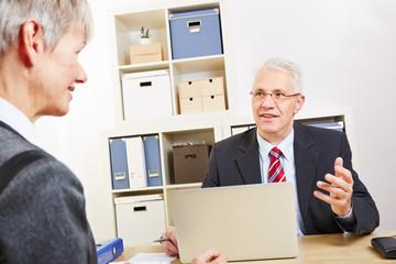 Geschäftsmann redet mit Kundin bei Beratung