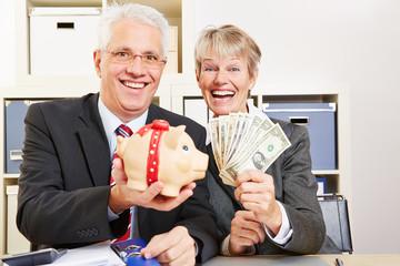 Geschäftsleute mit Dollar und Sparschwein