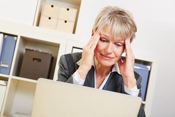 Geschäftsfrau mit Burnout im Büro