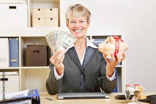 Frau mit Dollarscheinen und Sparschwein