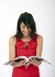 überraschte Frau liest Zeitschrift