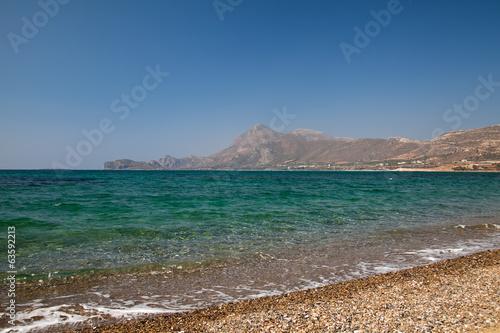 Галечный пляж и морской прибой. Греция. Крит