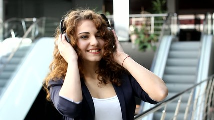 Girl is listenning to music (PAL)